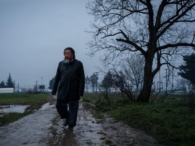 Ai Weiwei im Regen.