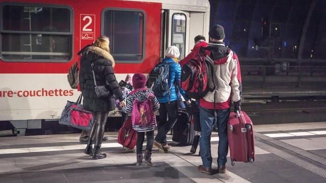 Eine Familie steigt in den Nachtzug ein