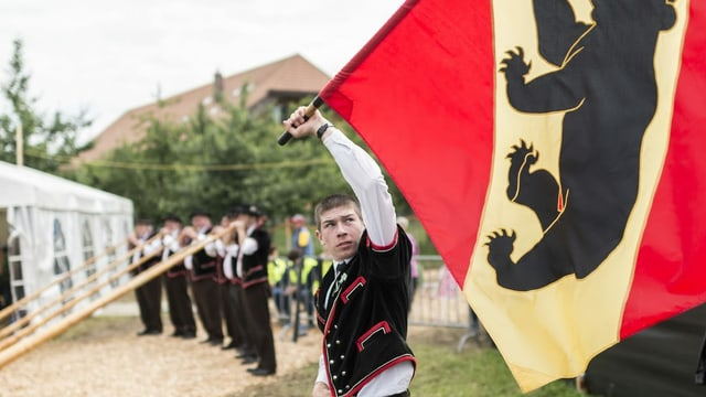 Ein Fahnenschwinger beim Emmentalischen Schwingfest 2016.