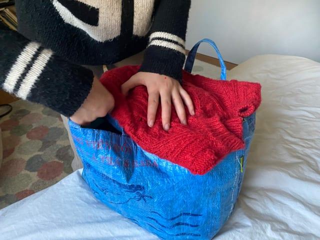 Roter Pulli im Sack