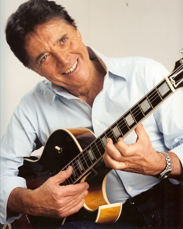 Sacha Distel mit Gitarre