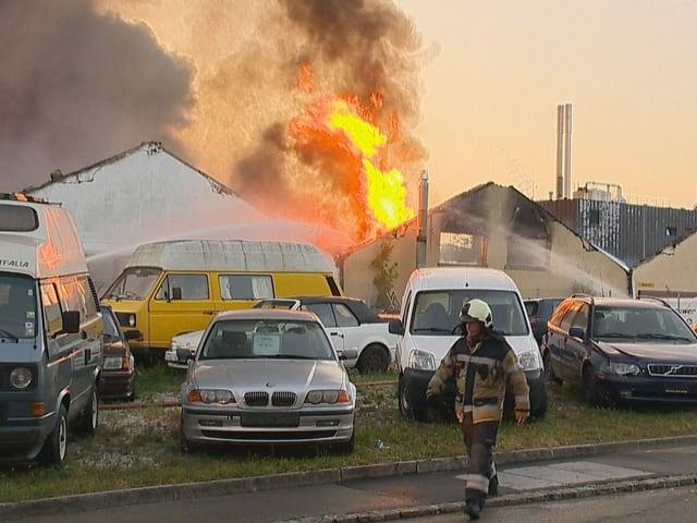 Feuerwehrmann bei den brennenden Lagerhallen.
