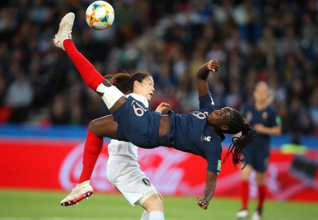 Eine französische Fussballerin macht einen Fallrückzieher