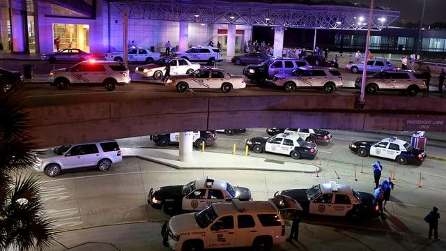 Blers autos da polizia a l'eroport a New Orleans.