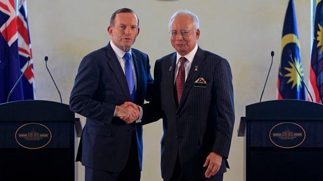 Australiens Ministerpräsident Abbott und sein malaysischer Amtskollege Razak schütteln sich die Hände.