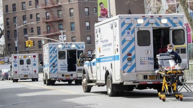 Rettungswagen vor einem Krankenhaus in New York.