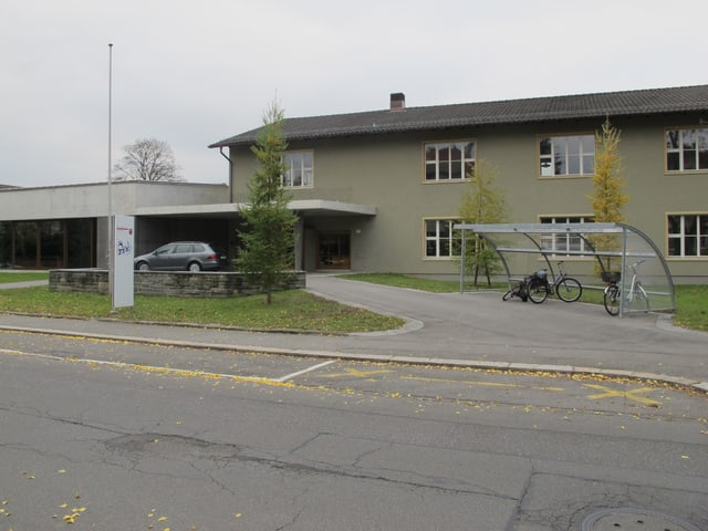 Gönhard-Schulhaus von der Strasse mit neuer Aula.