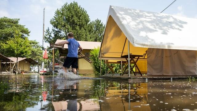 Ein Campingplatz am Neuenburgersee ist übeflutet