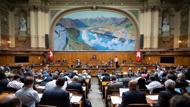 Nationalratssaal mit vielen Parlamentariern, von hinten nach vorne fotografiert