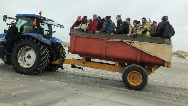 Bauern bringen die Freiwilligen an den Strand.