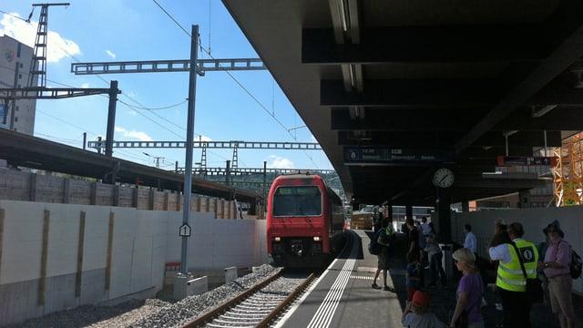 Eine S-Bahn fährt auf das neue Gleis 8 im Bahnhof Oerlikon ein.