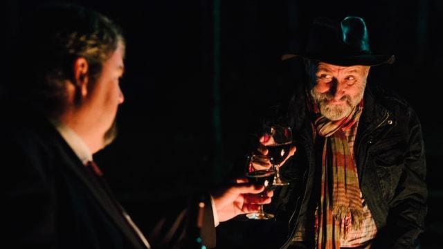 Schwarzkittel trinkt Wein mit Luc Conrad.