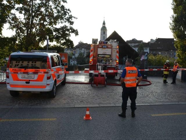 Polizei und Feuerwehr bei alter Holzbrücke