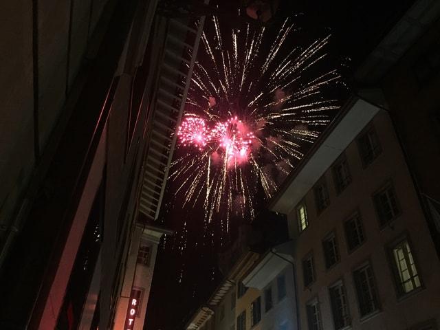 Feuerwerk über Altstadtgassen.