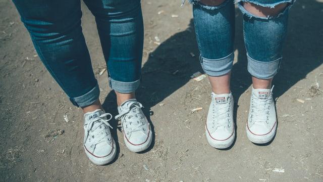 The Tenü: Jeans, biz umelitze, weisse Converse.