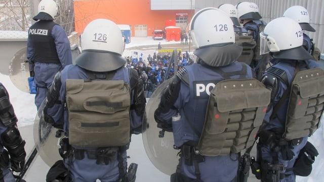 Polizisten in Kampfmontur sichern das Fussballgelände.