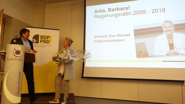 Gian Michael onurescha l'anteriura cussegliera guvernativa da la PBD Barbara Janom Steiner per ses merits politics.