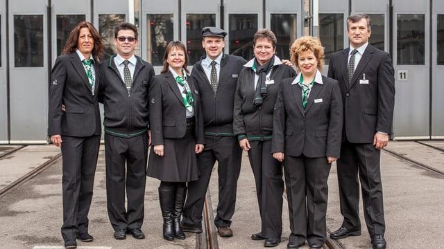 BVB-Mitarbeiter und Mitarbeiterinnen posieren in den neuen Uniformen.