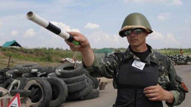 In separatist pro-russ vi da far controllas dad autos datiers da la citad da Lugansk.