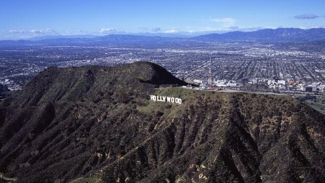 Auf dem Bild ist der bekannte Hollywood Schriftzug zu sehen, dahinter die Vorstadt Burbank.