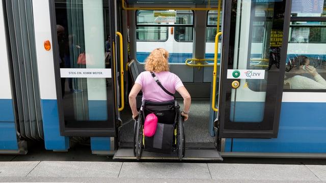 Rollstuhlfahrerin steigt in Tram ein