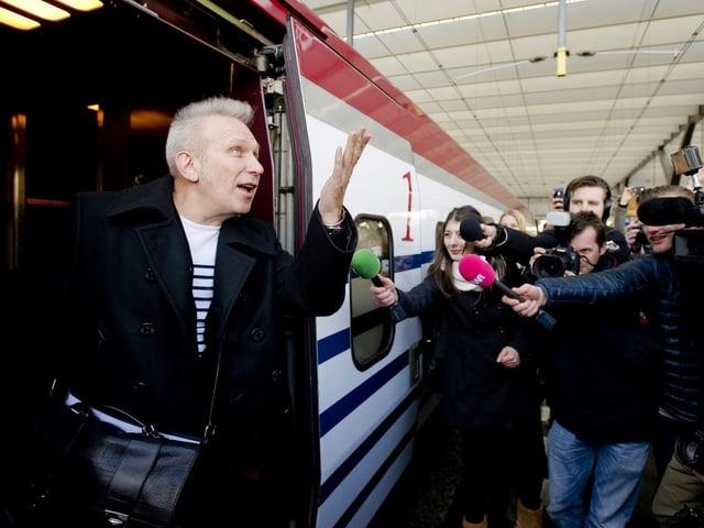 Mann steigt aus Zug
