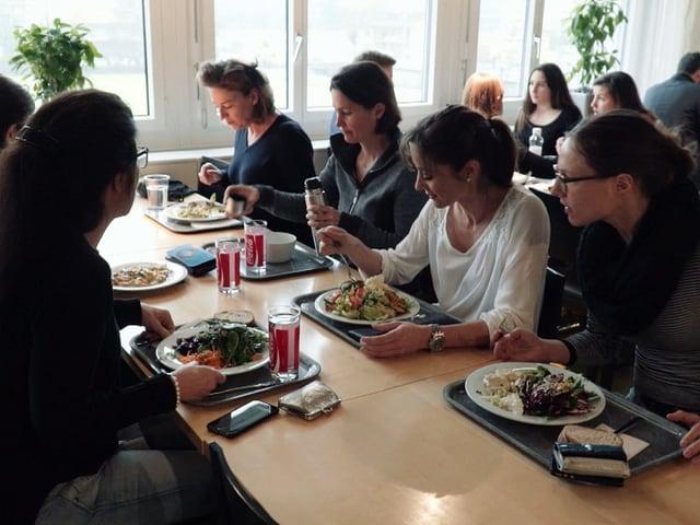 Blick in die SRF-Kantine, wo die «Puls»-Redaktion gemeinsam isst.