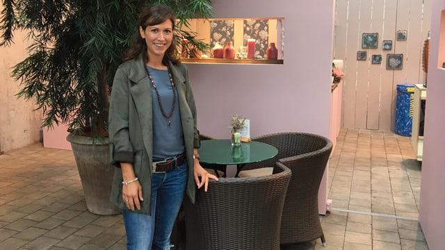 Angeliki Criello, die für das erste Dörflifest des Wagerenhofs verantwortlich ist, posiert im Blumenladen.