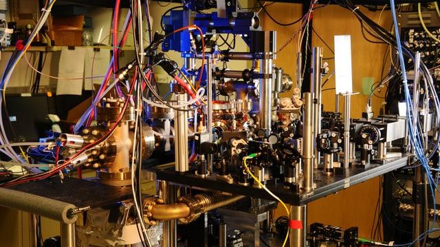 Die komplizierte Anlage der Ytterbium-Uhr, in der Atome des Metalls mit Laserlicht bestrahlt werden.