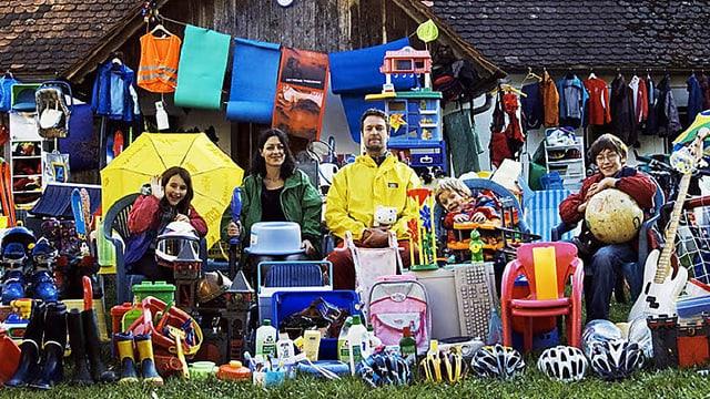 Familie Krautwaschl umgeben von Produkten aus Plastik
