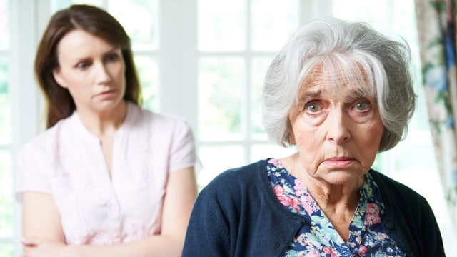 Eine alte Frau blickt verwzweifelt ins Bild.