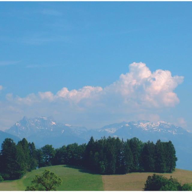 Eine Quellwolke über den Bergen, bereits etwas grösser als ein Cumulus humilis.