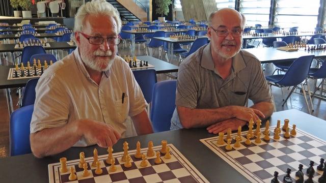 Die beiden vor Schachbrettern im Kongresshaus Biel