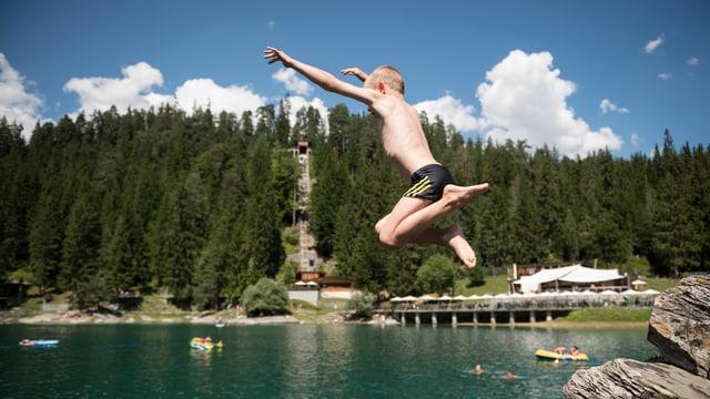 Kind, das ins Wasser springt