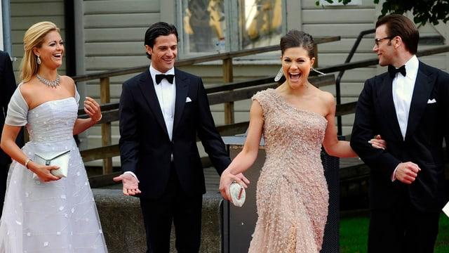 Prinzessin Madeleine, Prinz Carl Philip, Kronprinzessin Victoria und Prinz Daniel laufen über den roten Teppich und lachen.
