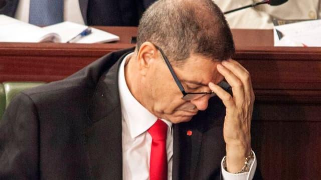 Habib Essid tegn il maun sin il frunt e guarda engiu - la foto è vegnida fatga curt avant il votum da confidanza dal parlament tunesian.