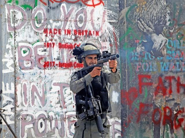 Soldat feuert mit einem Petarden-Gewehr.