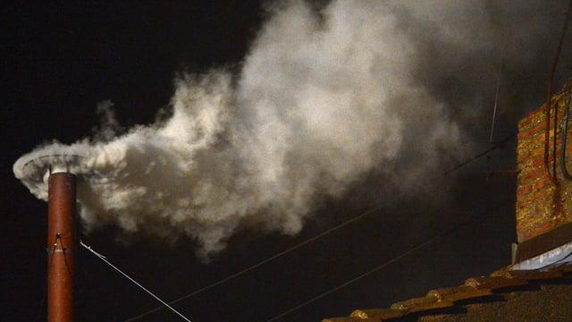 Weisser Rauch steigt aus einem Kamin auf.