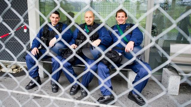 Drei Polizeianwärter machen Pause.