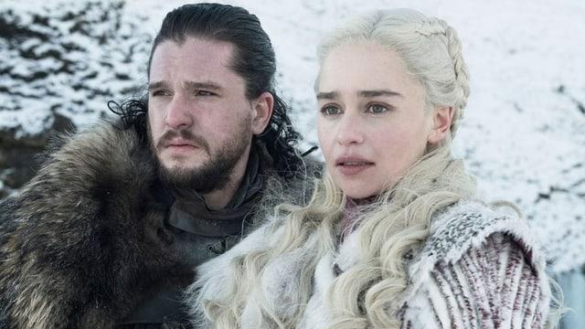 Ein MAnn und eine Frau im Schnee
