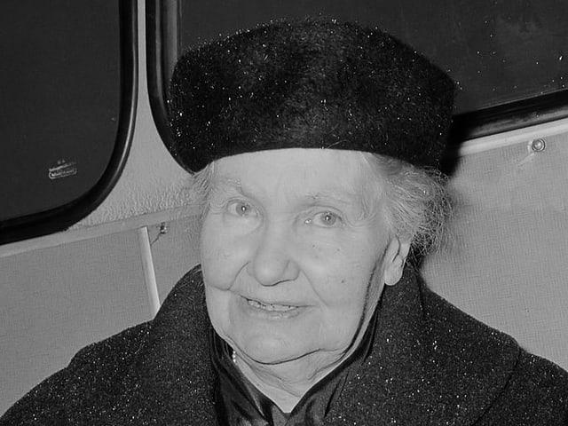 Eine Aufnahme aus dem Jahr 1965. Gertrud Kurz ist in einem dunklen Wintermantel.