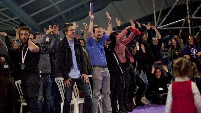 Bleras persunas sa legran dal success da la partida politica Podemos.