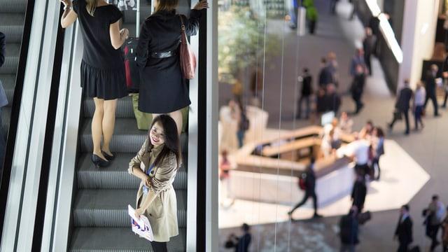 Rolltreppe mit Touristen an der Baselworld
