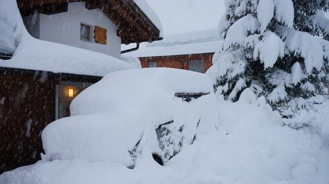 Verschneite Garageeinfahrt in Sedrun.