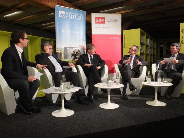 Auf dem Podium sitzen: Patrick Künzle (SRF), Eric Nussbaumer (SP), Gerhard Schafroth (GLP), Thomas Weber (SVP), Dieter Kohler  (SRF) v.l.
