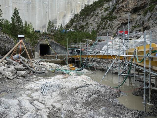 Für die Sanierung des ersten Abschnitts unterhalb der Staumauer wird das Bachbett komplett ausgeräumt.
