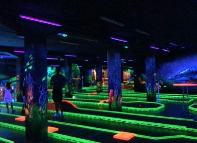 Farbenprächtiges 3D-Minigolf im Keller.