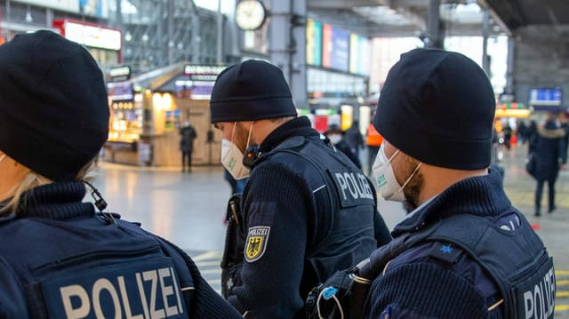 Polizisten mit FFP2-Maske und Bart.