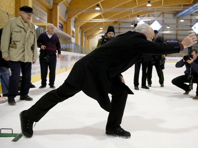 Ueli Maurer spielt im Anzug Eisstockschiessen