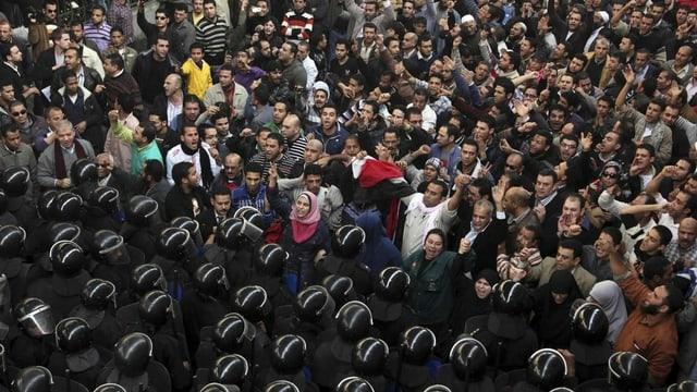 Polizisten stehen Zivilisten gegenüber
